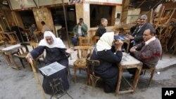 Des Egyptiens dans un café