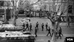 1989 წლის 9 აპრილი, ძერჟინსკის განსაკუთრებულ დავალებათა დივიზიის ჯარისკაცები თბილისის სახელმწიფო უნივერსიტეტთან