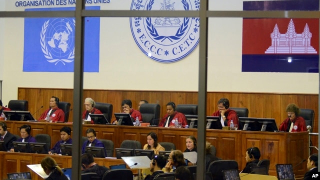 Extraordinary Chambers in the Courts of Cambodia, court officers of the U.N.-backed war crimes tribunal are seen through windows during a hearing of former Khmer Rouge top leaders in Phnom Penh, Cambodia. (File photo)