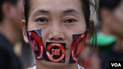A pro-democracy activist at the anti-NGO draft law campaign in front of National Assembly on June 30, 2015. (Hean Socheata/VOA Khmer)