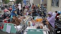 4月11日在印尼蘇門答臘島西岸發生地震後亞齊省一醫院正緊急疏散病患
