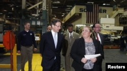 El secretario del Tesoro, Timothy Geithner (izquierda) visita la fábrica de Ford en Chicago. Dijo que la economía de Estados Unidos ha mejorado notablemente.
