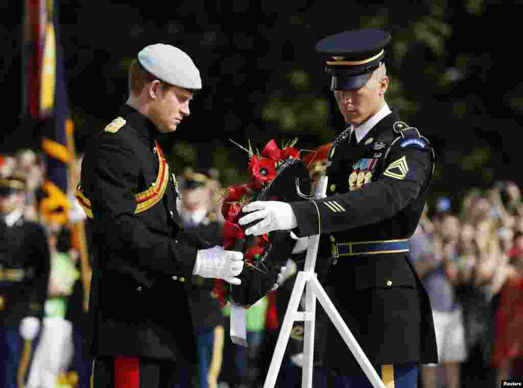 Britain's Prince Harry (L) lays a wreath at the Tomb of the Unknowns at Arlington National Cemetery near Washington May 10, 2013. REUTERS/Jason Reed (UNITED STATES - Tags: POLITICS ROYALS MILITARY) - RTXZHG3