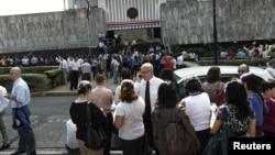 ປະຊາຊົນພາກັນໜີອອກມາໂຮມກັນຢູ່ນອກບໍລິເວນຕຶກສານສູງສຸດ ຂອງປະເທດ Costa Rica ຫຼັງຈາກເກີດແຜ່ນດິນໄຫວ ແຮງ 7.6 ຣິກເຕີ ເມື່ອວັນທີ່ 5 ກັນຍາ 2012.