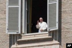 Paus Fransiskus menyampaikan berkatnya dari jendela studionya yang menghadap Lapangan Santo Petrus yang kosong, saat diberlakukannya lockdown akibat pandemi corona di Vatikan, Minggu, 26 April 2020. (Foto AP / Andrew Medichini)