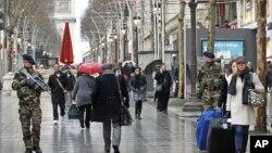 法国士兵在巴黎香榭丽舍大道巡逻