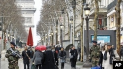 در واکنش به تهدید اسلامگرایان مالی، سربازان در خیابان شانزه لیره پاریس گشت می زنند