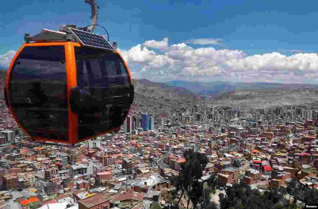 នេះជាទិដ្ឋាភាពនៃក្រុង La Paz ប្រទេសបូលីវី ដែលមើលចេញពីកន្លែងជិះខ្សែរ៉ត Teleferico។