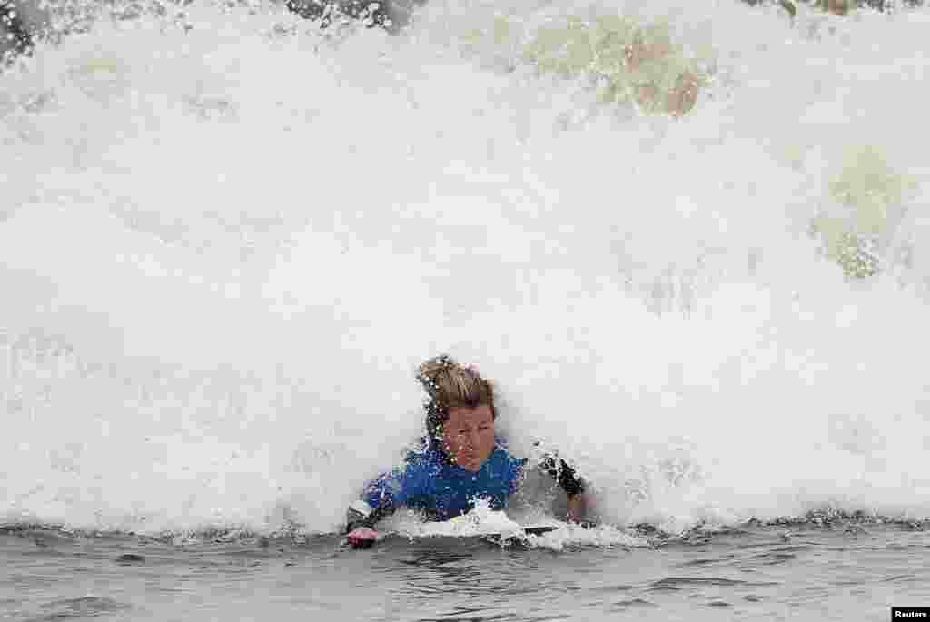 អ្នកជិះក្តារនៅរម្មណីយដ្ឋាន Surf Snowdonia ក្រុង Conwy តំបន់ North Wales ប្រទេសអូស្រ្តាលី។