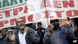 27일 그리스 아테네에서 정부 재정 삭감 반대 피켓을 들고 대규모 시위에 참가한 지방정부 직원들.