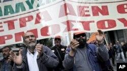 Para pekerja Yunani melakukan unjuk rasa di Athena memrotes langkah penghematan pemerintah, Selasa (27/11).