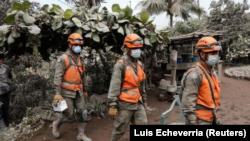 Abasirikare bagenzura ahateye ibirunga i San Miguel Los Lotes muri Guatemala, itariki 5/06/2018.