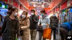 戴口罩的民眾在北京一個市場購物。(2020年3月14日)