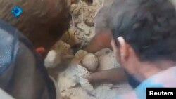 23일 시리아 알레포 일대에서 대규모 공습이 단행됐다는 증언이 이어지고 있는 가운데, 지역 주민들이 무너진 건물 잔해 속에서 아기를 구출해내고 있다. (소셜미디어 동영상 캡쳐)