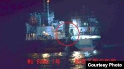 일본 방위성은 북한 유조선 무봉 1호와 불명의 선박이 지난 13일 동중국해 공해상에서 접선한 장면을 촬영한 사진을 26일 공개했다.
