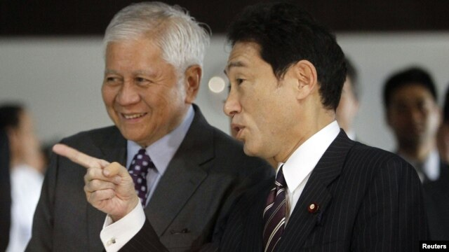 Japanese Foreign Minister Fumio Kishida (R) talks to Philippine Foreign Affairs Secretary Albert del Rosario in Manila, January 10, 2013.