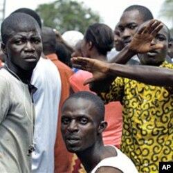 Des partisans de l'ancien président Henri Konan Bédié devant le siège de son parti à Abidjan