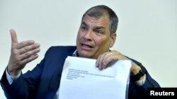 El expresidente de Ecuador, Rafael Correa, muestra unos documentos en entrevista con Reuters el 11 de abril de 2019. Reuters/Eric Vidal.