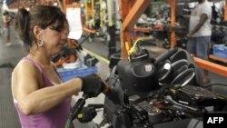 Công nhân lắp ráp làm việc trong nhà máy của hãng xe hơi GM