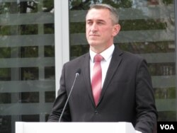 Nenad Rašić tokom današnjeg obraćanja novinarima ispred Vlade Kosova (Foto: VOA)