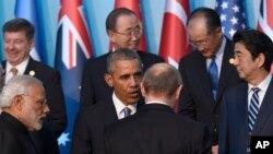 在参加20国集团峰会的各国领导人合影的时候,美国总统奥巴马和俄罗斯总统普京交谈(2015年11月15日)