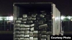 貨櫃箱內不是床墊而是滿載的大麻(美國海關圖片)