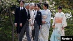 Kaisar Jepang Akihito didampingi Ratu Michiko, Putra Mahkota Naruhito (tengah), Putri Mahkota Masako (kedua dari kanan), Pangeran Akishino (kiri), Putri Kiko (ketiga dari kanan) dan putri mereka, Putri Mako, menyambut tamu-tamu dalam pesta musim semi di Istana Kekaisaran Akasaka di Tokyo, Jepang, 20 April 2017.