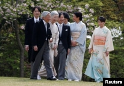 Japan's Emperor Akihito, flanked by Empress Michiko, leads his royal family members Crown Prince Naruhito (C), Crown Princess Masako (2nd R), Prince Akishino (L), Princess Kiko (3rd R) and their daughter Princess Mako to greet guests.