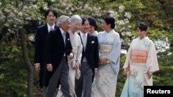 Nhật hoàng Akihito, hoàng hậu Michiko và các con, cháu: Thái tử Naruhito (giữa), công chúa Masako (thứ hai, bên phải), hoàng tử Akishino, công chúa Kiko và con gái Mako.