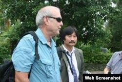 Nhiếp ảnh gia Ronald Haeberle và ông Trần Văn Đức. (Ảnh chụp từ VTV)