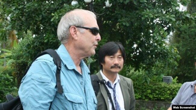 Nhiếp ảnh gia Ronald Haeberle và ông Trần Văn Đức. Ảnh: Trương Duy Nhất. org