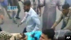 ہاما شہر میں تشدد کے تازہ واقعہ کی غیر مصدقہ ویڈیو فوٹیج سے بنائی گئی ایک تصویر۔