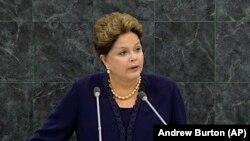 La Président du Brésil Dilma Roussef parle lors de son discours à la 68e session de l'Assemblée générale des Nations Unies le mardi 24 septembre 2013 à New York . (AP Photo / Andrew Burton , Pool)