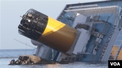 Penyelam Italia menemukan mayat seorang perempuan di ruangan kapal di bawah permukaan air (21/1).
