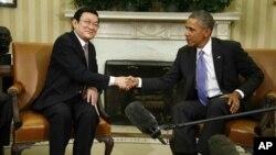 Presiden AS Barack Obama (kanan) menyinggung soal hak asasi manusia (HAM) ketika menerima Presiden Vietnam Truong Tan Sang di Gedung Putih, Kamis (25/7).