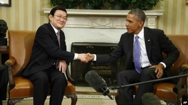President Barack Obama shakes hands with Vietnam's President Truong Tan Sang during their meeting in the Oval Office at the White House, July 25, 2013.