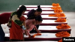 خانواده های قربانیان رویداد حملۀ انتحاری کابل بر موتر محافظین نیپالی