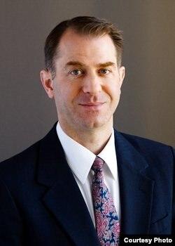 西雅图哈里斯·摩尔律师务所律师马修·德累斯顿 (Matthew Dresden)