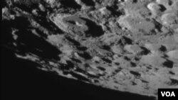 El cráter resultante del choque del aparato de 2,3 toneladas, es de unos 28 metros de diámetro.
