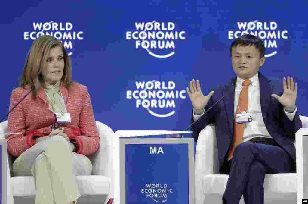 2018年1月24日,在瑞士达沃斯世界经济论坛年会上,秘鲁总理阿拉佐兹(左)倾听阿里巴巴集团创始人马云讲话。