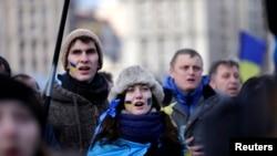 Demonstranti pevaju ukrajinsku himnu da protestima u znak podrške evropskim integracijama, 29. novembra 2013. u Kijevu.