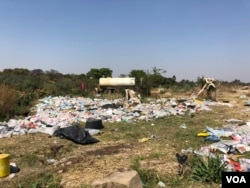 Authorities go for weeks without collecting trash resulting in Harare residents dumping it anywhere they can, creating conditions for cholera organisms to thrive, say health experts, in Harare, Zimbabwe, Sept. 14, 2018. (C. Mavhunga/VOA)