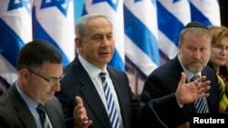 ນາຍົກ ລມຕ ອິສຣາແອລ ທ່ານ Benjamin Netanyahu (ຍົກມື) ກ່າວຢູ່ໃນກອງປະຊຸມ ຄະນະລັດຖະບານ, ວັນທີ 21 ກໍລະກົດ 2013.