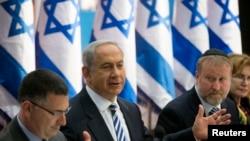PM Israel Benjamin Netanyahu saat memimpin rapat kabinet di Yerusalem hari Minggu (21/7).