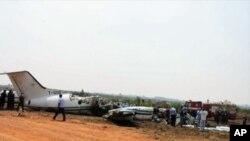 Avião acidentado, junto à pista do aeroporto do Huambo