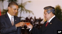 President Barack Obama and Indonesian President Susilo Bambang Yudhoyono toast during a state dinner at the Istana Negara in Jakarta, Indonesia, Tuesday, Nov. 9, 2010. (AP Photo/Charles Dharapak)