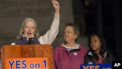 Partidarias del matrimonio de parejas del mismo sexo asisten a un mitin antes de las elecciones en Maine.