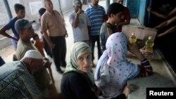 Warga miskin Palestina antri untuk menerima bantuan pangan PBB di Khan Younis, Jalur Gaza (foto: dok).