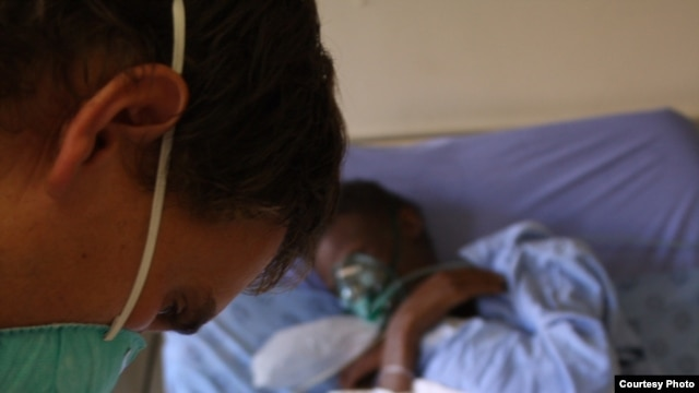 A South African doctor assesses the condition of a critically ill TB patient (Photo:D.Taylor)