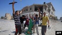 Các chiến binh phe nổi dậy Libya đốt cờ của chính phủ Gadhafi tại một quảng trường chính sau khi chiếm quyền kiểm soát thành phố duyên hải chiến lược Zawiya, ngày 20 tháng 8, 2011